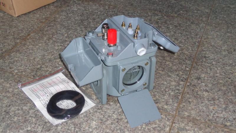 中国西电是集科研、贸易、金融、开发、制造为一体的大型企业集团,是高压、超高压输配电成套设备研发制造厂家。近期为皖电东送研发的1000MVA/1000kV有载调压耦式电力变压器全部顺利通过出厂试验,这标志着世界级别首台1000MVA/1000kV级有载调压电力变压器在中国研制成功,并且投入使用,是一个里程碑。 1000MVA/1000kV级有载调压电力变压器是目前单柱容量最大、电压等级最高的有载调压自耦变压器,由三相有载调压自耦式变压器和自动调压控制器组成, 整套装置容量大、损耗低、抗干扰能力强,体积小、便